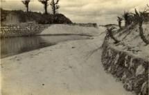 イナファゴーにを水源とする与論唯一の小川の河口。茶花墓地の西、南東開発の脇を通り茶花港にそそぐ。潮の干満によって、川筋となったり、大きな池のようになったりする。 いろいろの小魚が群れているのを、捕まえて遊んだものです。今では、暗渠の排水路があるのみです。