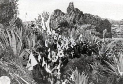 昭和28年12月25日の奄美群島日本復帰を祝い、 国旗を持って行列する児童生徒達。琴平神社周辺でしょうか。