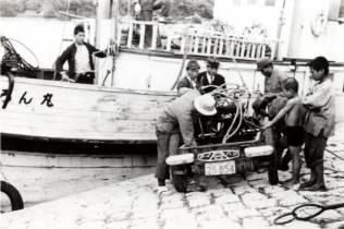 よろん丸から、島に初めての消防車が到着した瞬間です。(昭和13年) よろん丸は村営で与論ー沖縄間に昭和11年から就航、昭和19年に空襲で沈没。