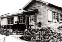 正しくは沖永良部警察署与論派出所。現在の漁協の建物のある辺り、 T字路の角地に建っていました。建物は琉球政府時代のもの。