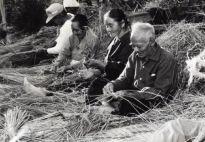 皆で縄を編んでいますが、協同の作業場でしょうか。