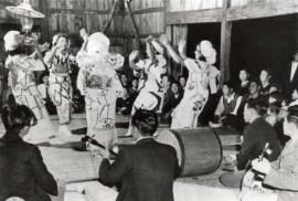 部落の青年団が中心になり、各部落の集会所で敬老会が開催されました。
