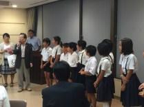 小林PTAOB会長から児童への記念品贈呈