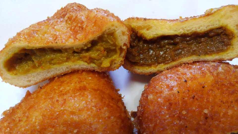 元祖カレーパンと辛口カレーパンのカレーの色-カトレア