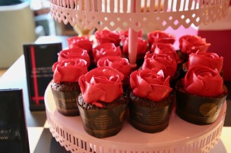 「ひとめぼれ」が花言葉1輪のローズカップケーキ