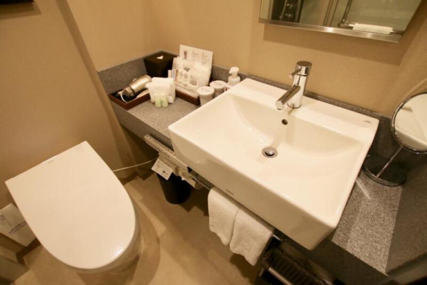 ホテル龍名館東京 洗面台回りはコンパクトながら、物を置くスペースも十分で、不便さはありません
