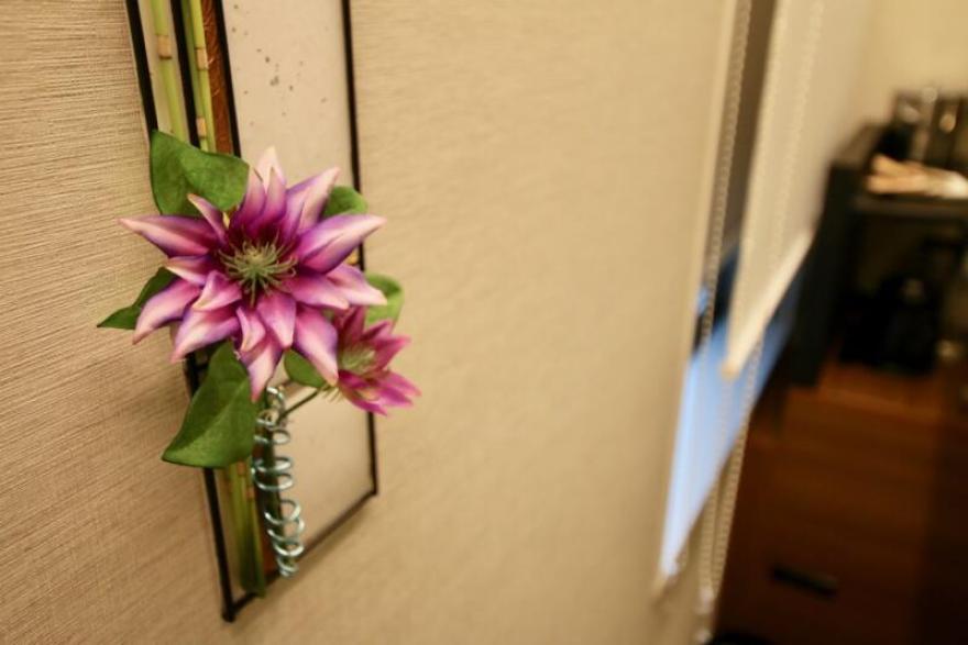 ホテル龍名館東京 部屋の壁には一輪挿しが綺麗