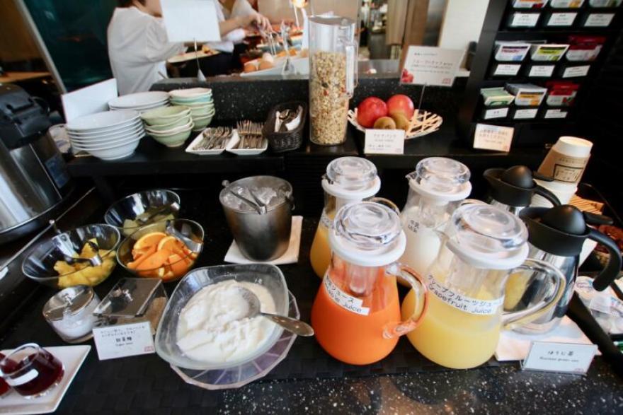 ホテル龍名館東京 ドリンクコーナーには、フルーツやヨーグルトなど種類豊富