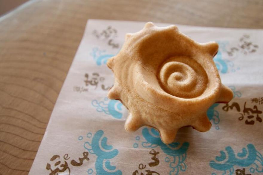 サザエの形をした最中「波の子」(1個200円)