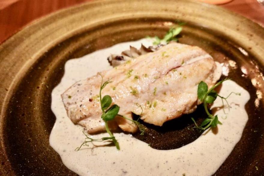 季節の鮮魚のソテー:栃木県産 舞茸のコンフィ 床井柚子園の柚子胡椒と白ワインのソース