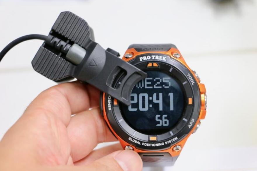 「PRO TREK Smart WSD-F20」専用充電ホルダーはクリップ型でしっかりホールド