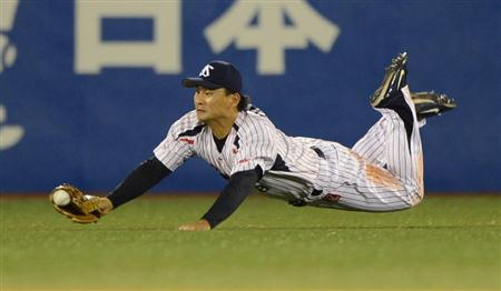 Takeuchi tried but failed to catch a Dobayashi liner to center.