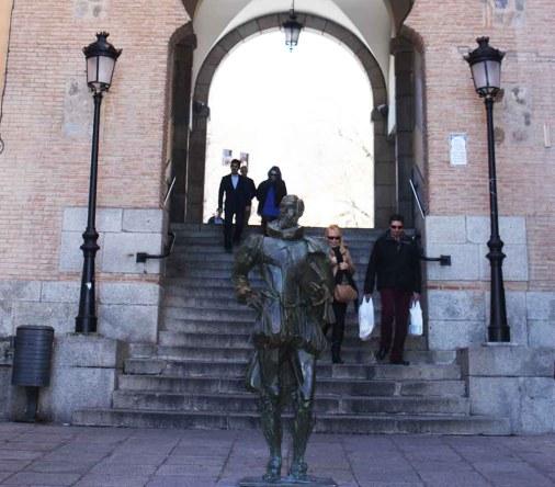 Miguel de Cervantes en el Arco de la Sangre en Toledo