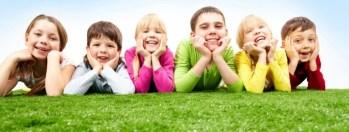 Crianças e adolescentes devem crescer em ambientes sadios.