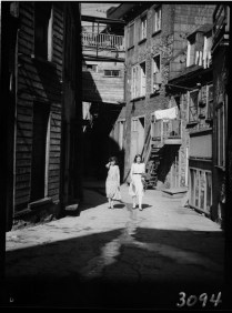 Sous le Cap (rue Sous-le-Cap), Quebec City, P.Q. Clothes hanging out to dry. 1930 Clifford M. Johnston / Bibliothèque et Archives Canada / PA-056406