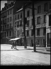 Rue St. Pierre, Quebec City, P.Q. 1937 Clifford M. Johnston / Bibliothèque et Archives Canada / PA-056556 On aperçoit la taverne G. H. Roy et l'hôtel Blais.