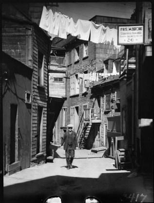 Sous le Cap (rue Sous-le-Cap), Quebec City, P.Q. Clothes hanging out to dry. 1932 Clifford M. Johnston / Bibliothèque et Archives Canada / PA-056560 A droite, on aperçoit l'enseigne de Frs. Madore, serrurier-armurier, 26 Sous-Le-Cap.