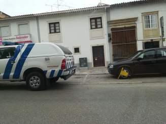 Na av. Cândido Madureira em zona de cargas e descargas