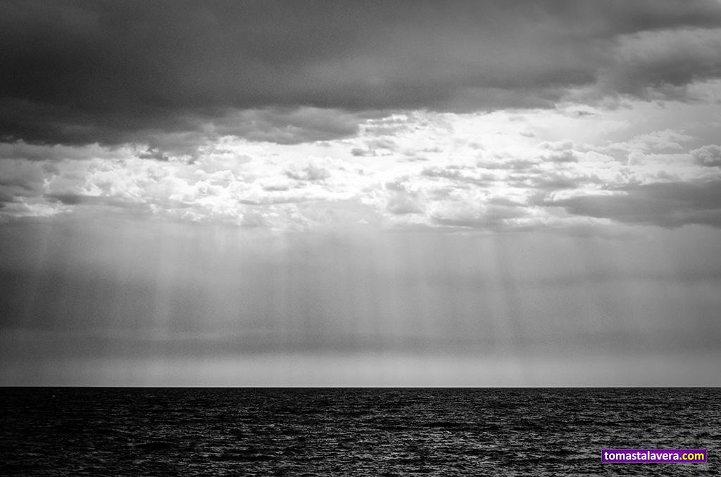 rayos-sol-mar-horizonte-nubes