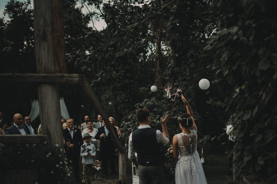 rzut kieliszkami ranczo w dolinie ślub w plenerze