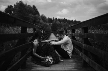 łysy młyn fotograf ślubny poznań pocałunek dłoń kobieta tradycja piękno