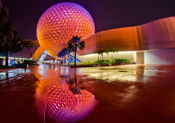Vaisseau spatial à Epcot après la pluie ... J'aime les réflexions post-pluie! C'était l'une de mes 12 meilleures photos de 2012 sur mon blog! http://www.disneytouristblog.com/top-12-disney-photos-of-2012/