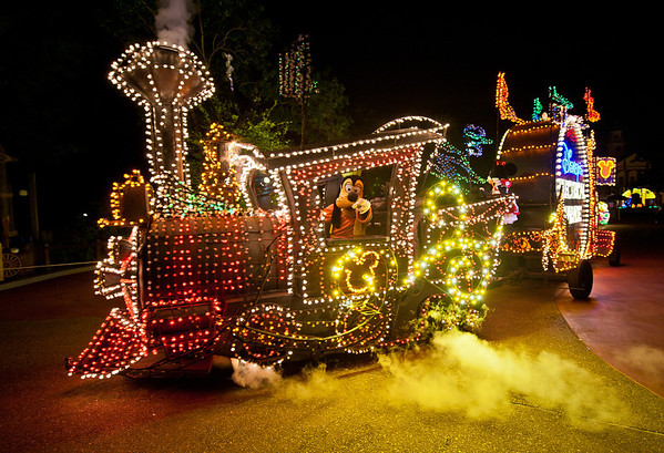 Goofy drives a train in the Main Street Electrical Parade in the Magic Kingdom! For more MSEP photos, visit: https://www.disneytouristblog.com/main-street-electrical-parade-disney-world-photos/