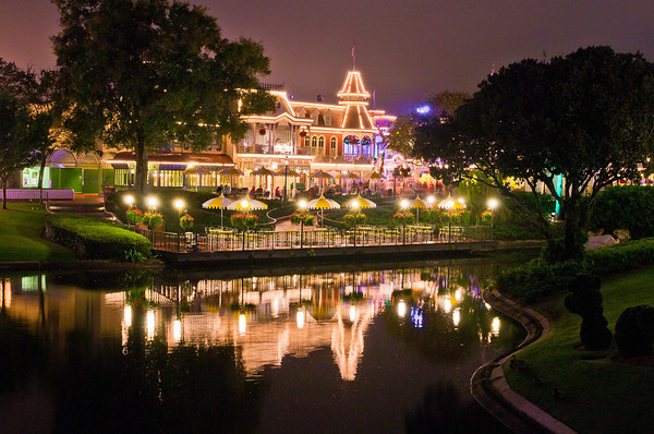The Plaza Restaurant as seen from the Tomorrowland bridge. It may come as a surprise, but we aren't fans of the Plaza. Here's our review: https://www.disneytouristblog.com/plaza-restaurant-review/