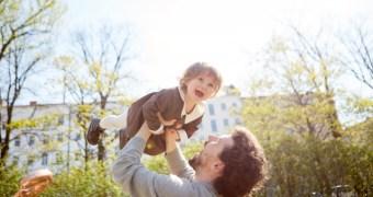 子供を抱っこするパパ