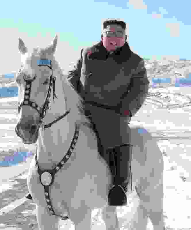 金正恩、白馬に跨り白頭山を旅する