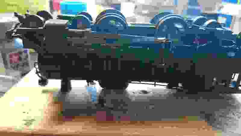 プラモデル蒸気機関車アリイC59、机上でチャカチャカ動き出した。