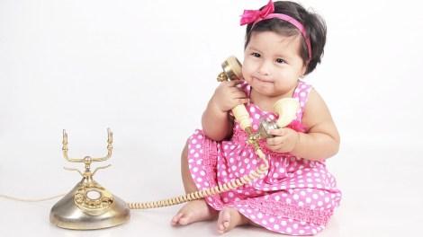 子供(赤ちゃん)と電話のイメージ画像