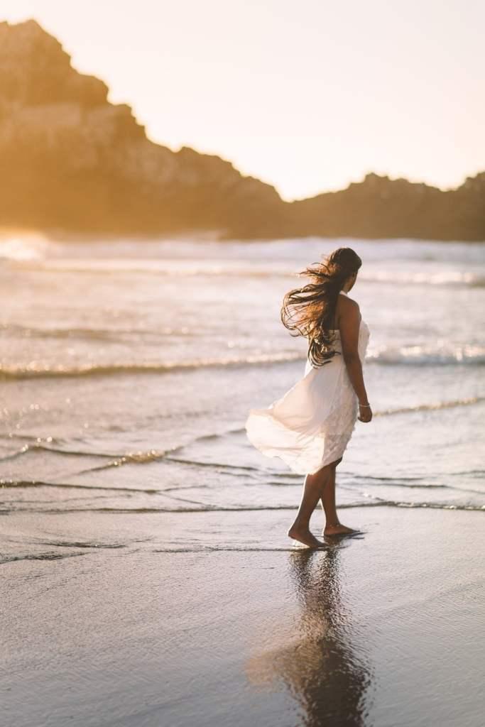 mujer paseando en la playa