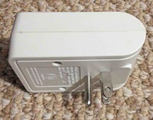 Picture of the Utilitech single outlet surge suppressor 0090996 side back view.