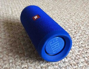 Picture of the JBL Flip 4 splashproof speaker, right side horizontal view.