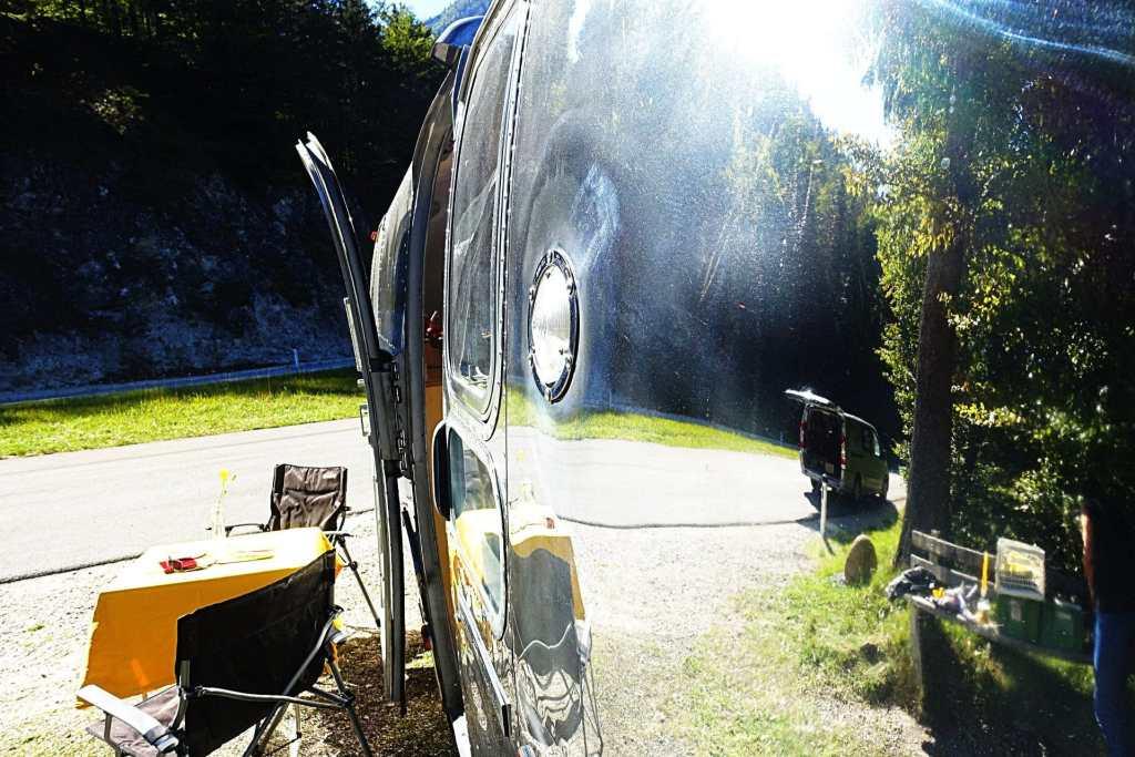 Glamping Airstream Wohnwagen Aussen Bullauge