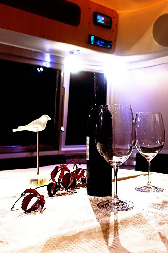 Glamping Airstream Wohnwagen Vermietung Innen LED Tisch