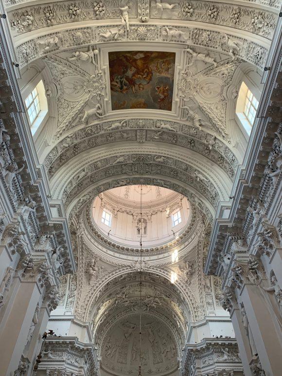 リトアニアのヴィリニュスの聖ペテロパウロ教会の内部