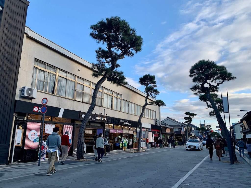 出雲大社の大通りで食べ歩き