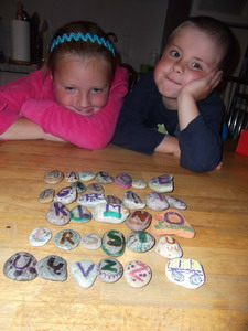 abėcėlė iš akmenukų su vaikais Agnusyte2012