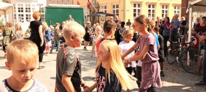 Tønder: Børnefolkedans på Torvet – SE VIDEO