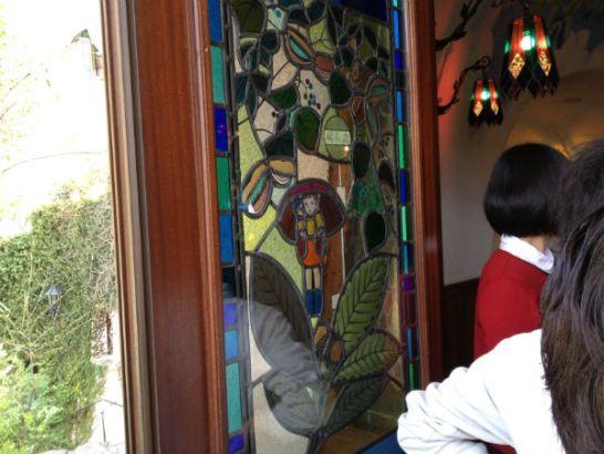 ジブリ美術館入口ドア窓左側