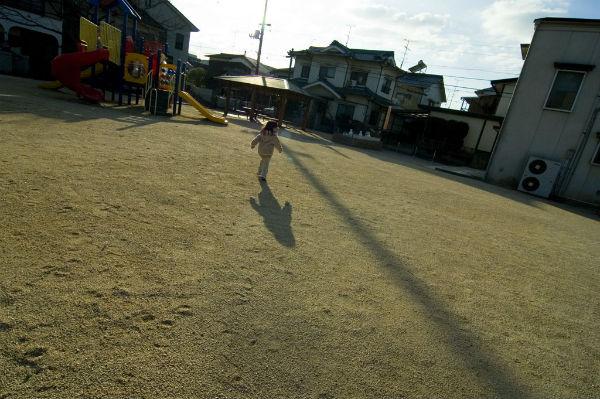 子どもが公園で一人