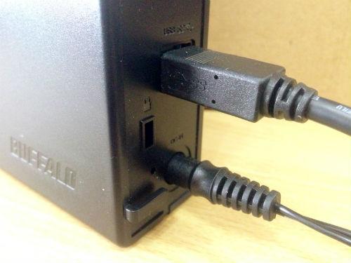 外付けHDDにACアダプターとUSBケーブルを接続