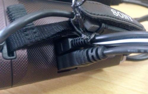HDR-CX390にUSB接続と電源コードを接続