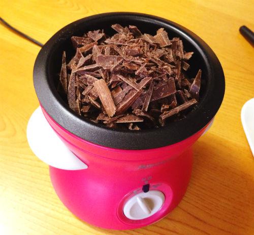 電気式チョコレートフォンデュに切り刻んだ手作り用チョコを入れる