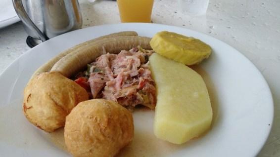 อาหารเช้าที่ Kaz Kreol (เข้าใจว่าเป็นปลาเค็ม)
