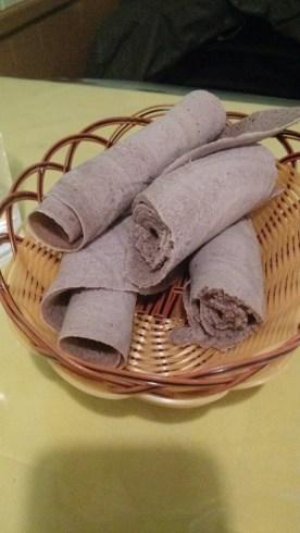 แป้ง Injera (ดูเผิน ๆ เหมือนผ้าเช็ดปากแฮะ)