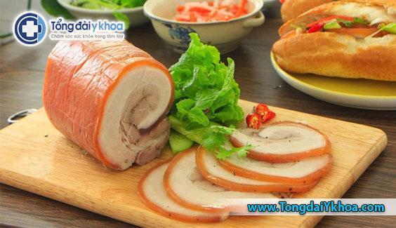 Thịt nguội bao gồm giăm bông, thịt xông khói, xúc xích. Chúng có thể bị nhiễm vi khuẩn có hại bao gồm Listeria và Staphylococcus aureus ở giai đoạn trong quá trình chế biến và sản xuất.