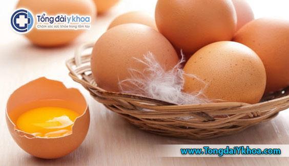 Trứng sống và chưa chin có thể mang vi khuẩn Salmonella. Bạn hãy chọn trứng tiệt trùng khi có thể và tránh trứng có vỏ nứt hoặc bẩn.